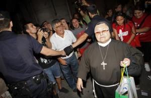 Atei insultano una suora e dei pellegrini che passano