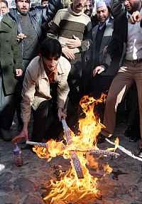 Fondamentalista islamico brucia una croce in Pakistan...dov'è la differenza?
