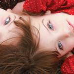 Il video delle due gemelle unite per la testa: messaggio agli abortisti