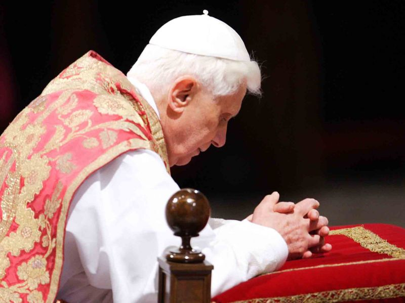 Benedetto XVI in preghiera
