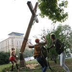 Le Femen si spogliano (e aggrediscono i cristiani) per denaro
