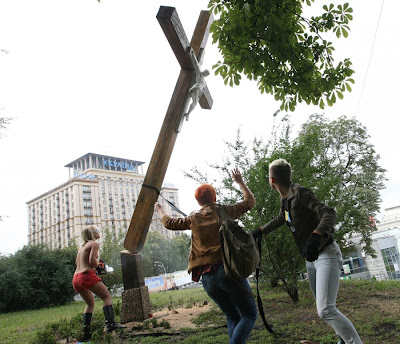 Femen segano un croce