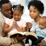 Una famiglia che prega assieme è più unita e vive meglio, lo dicono gli studi