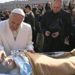 Francesco sfida il mondo progressista: «è falsa compassione sostenere l'eutanasia»