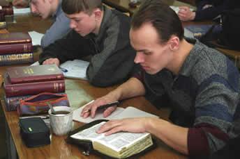 Russi studiano Bibbia
