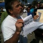 Stati Uniti, gruppo ateo manifesta strappando pagine della Bibbia