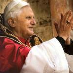 Ancora attacchi laicisti, ma il Papa dice: «sentiamoci fratelli di chi non crede»