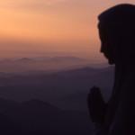 """La fede è la """"stampella"""" contro le avversità? Un falso mito smontato in sei punti"""