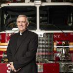 Tom Colucci, il capitano dei Vigili del Fuoco di New York diventa sacerdote