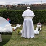 Il Papa prega al cimitero dei bambini mai nati, per l'Associazione Luca Coscioni è illegale