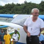 Il vescovo pilota che porta aiuti con il suo ultraleggero