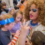 La drag queen leggeva storie gender ai bambini, ma è un pedofilo